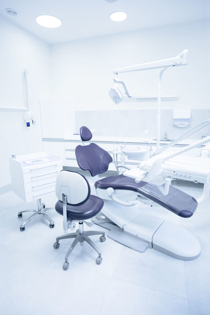 Salle de soin dentaire avec matériels modernes
