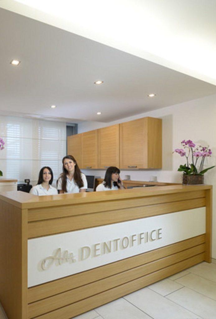 Cabinet dentaire lausanne, la réception avec des assistantes dentaires souriantes.
