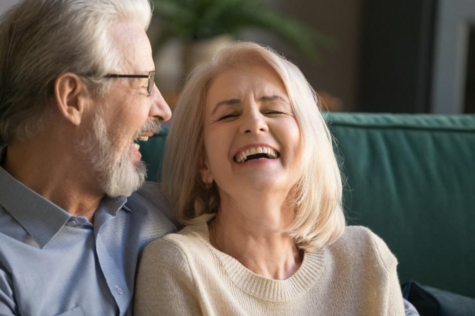 Un couple de seniors sourit avec de beau sourire. Patients satisfait du cabinet dentaire Dentoffice à Lausanne.